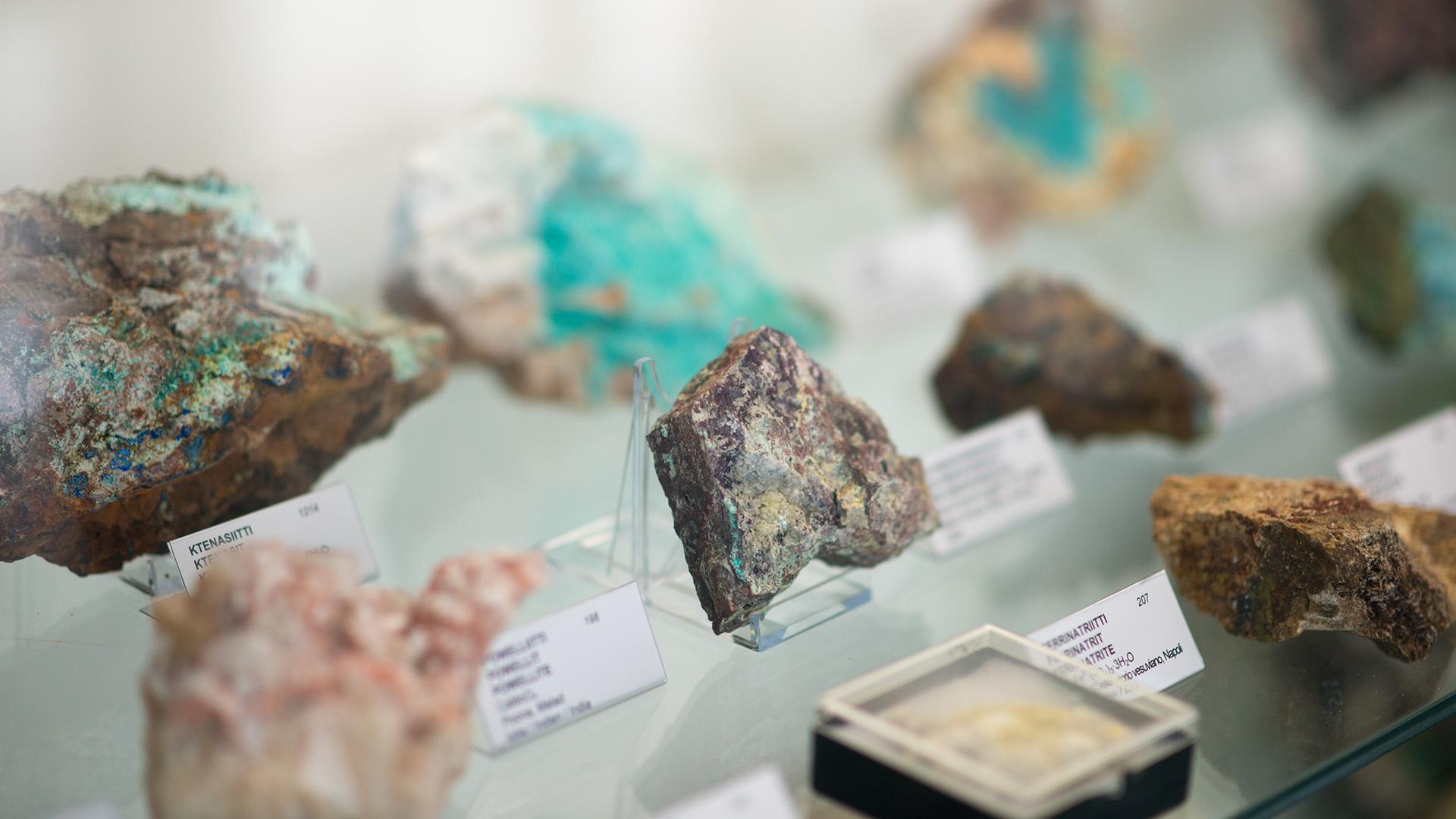 Mineral specimens in a showcase in Viljo Nissinen´s Mineral Collection.