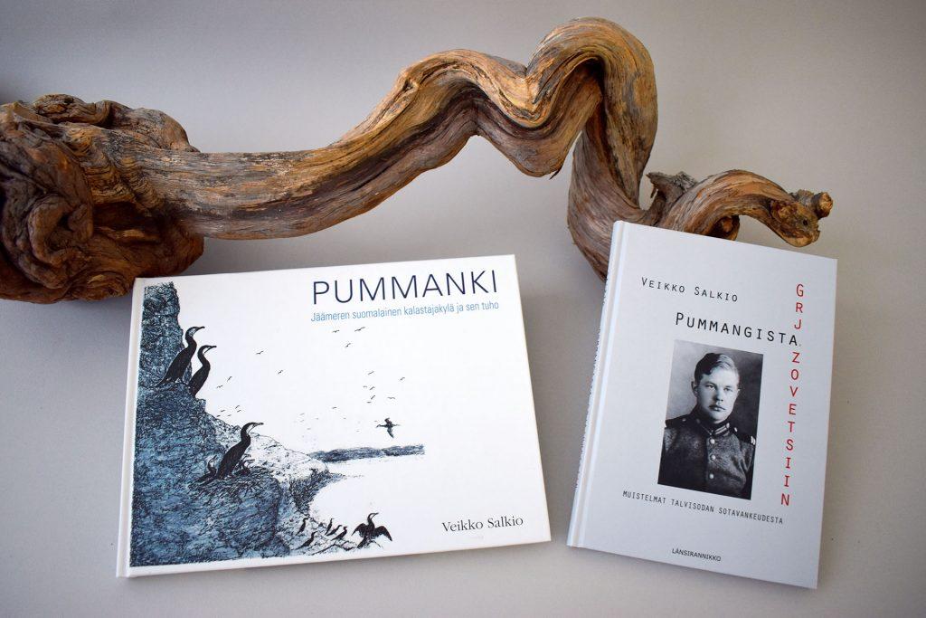 Salkion kaksi kirjaa nojaamassa puun käkkyrään.