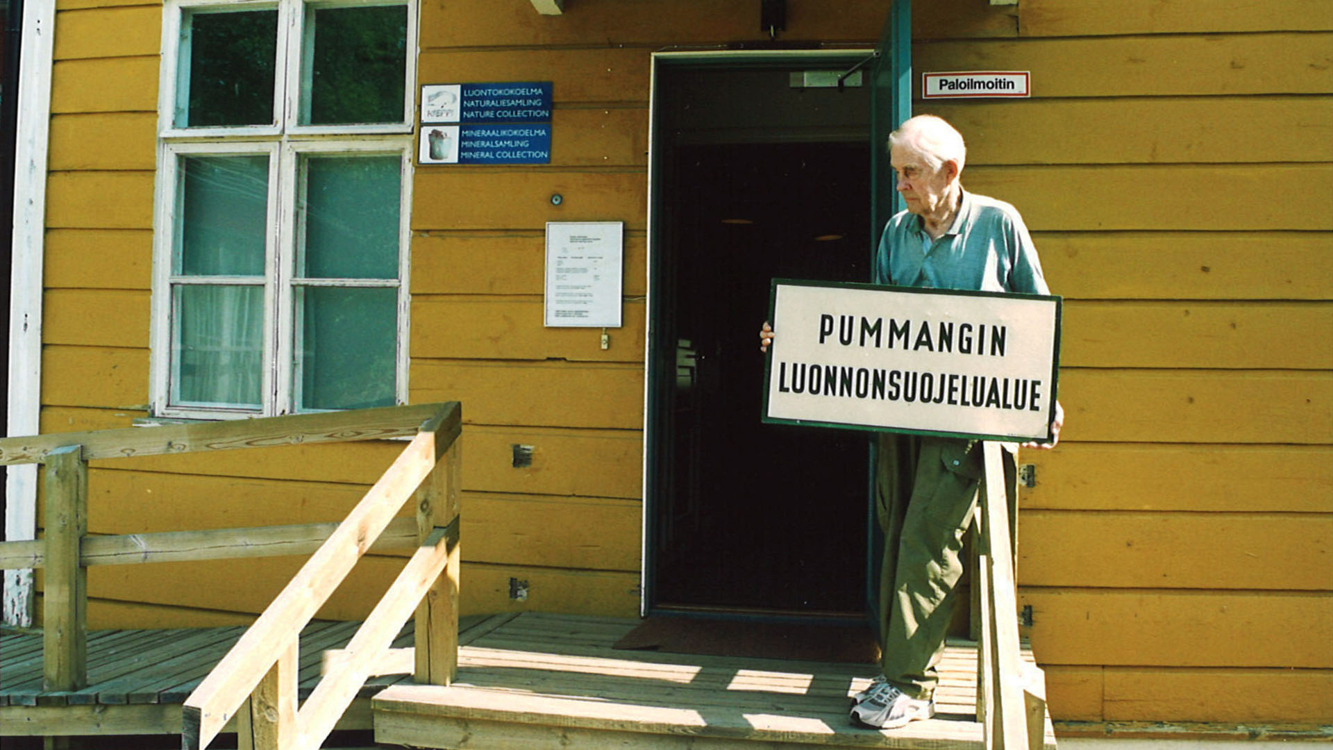 Veikko Salkio is holding a sign of Strict Nature Reserve of Pummanki in the front of Kieppi in the beginning of 2000's.