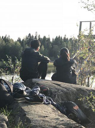 sittande personer på stenar