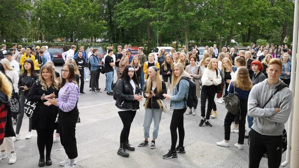 Uudet opiskelijat odottamassa ensimmäisen lukiopäivän alkamista koulun pihalla