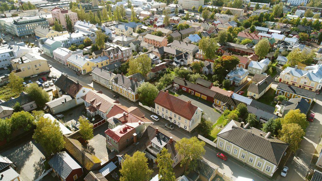 Kaupunkinäkymä lintuperspektiivistä. Kuvan keskiosassa on enimmäkseen vanhoja puutaloja pihoineen ja niillä kasvavine puineen. Kuvan yläreunassa näkyy myös matalia kerrostaloja.