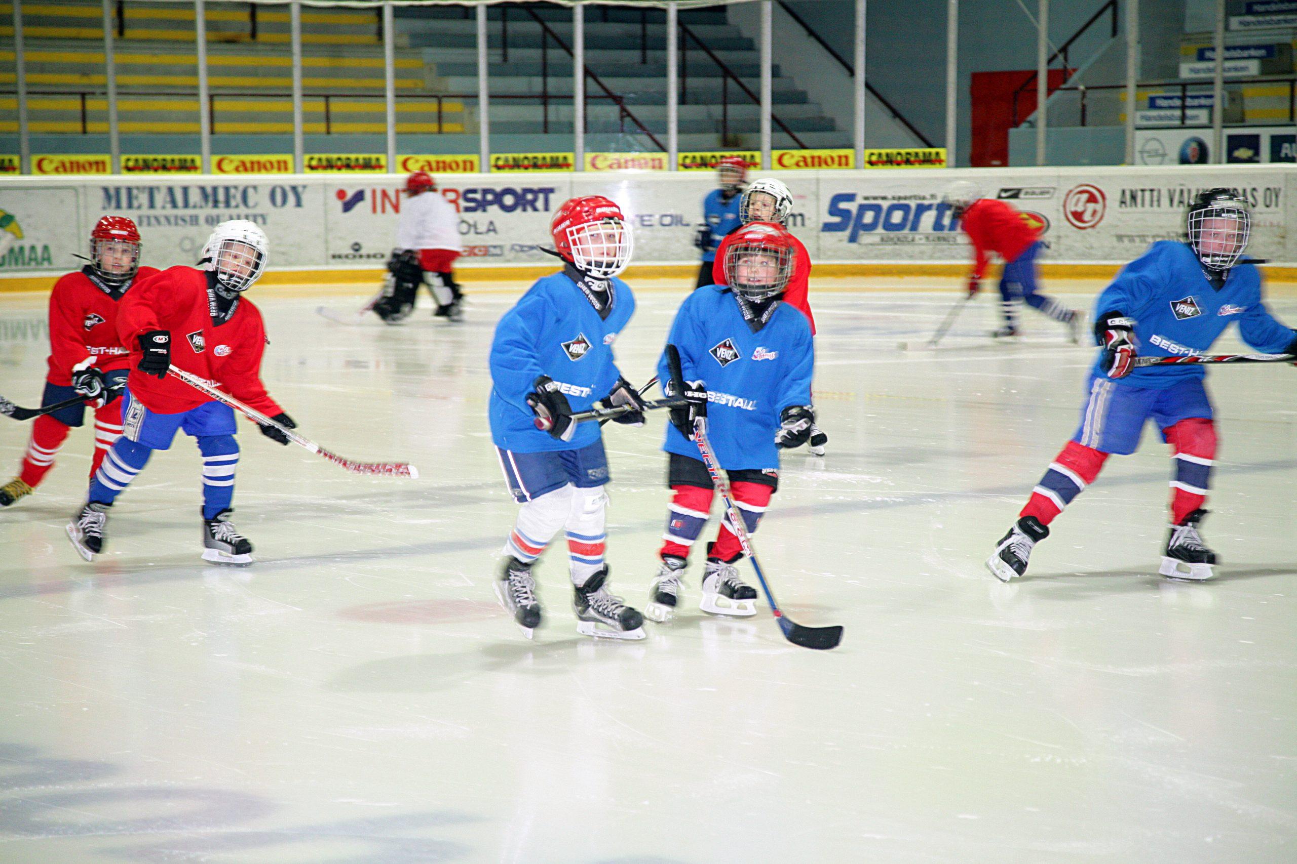 Kuvassa jääkiekkojunioreita Kokkolan jäähallissa