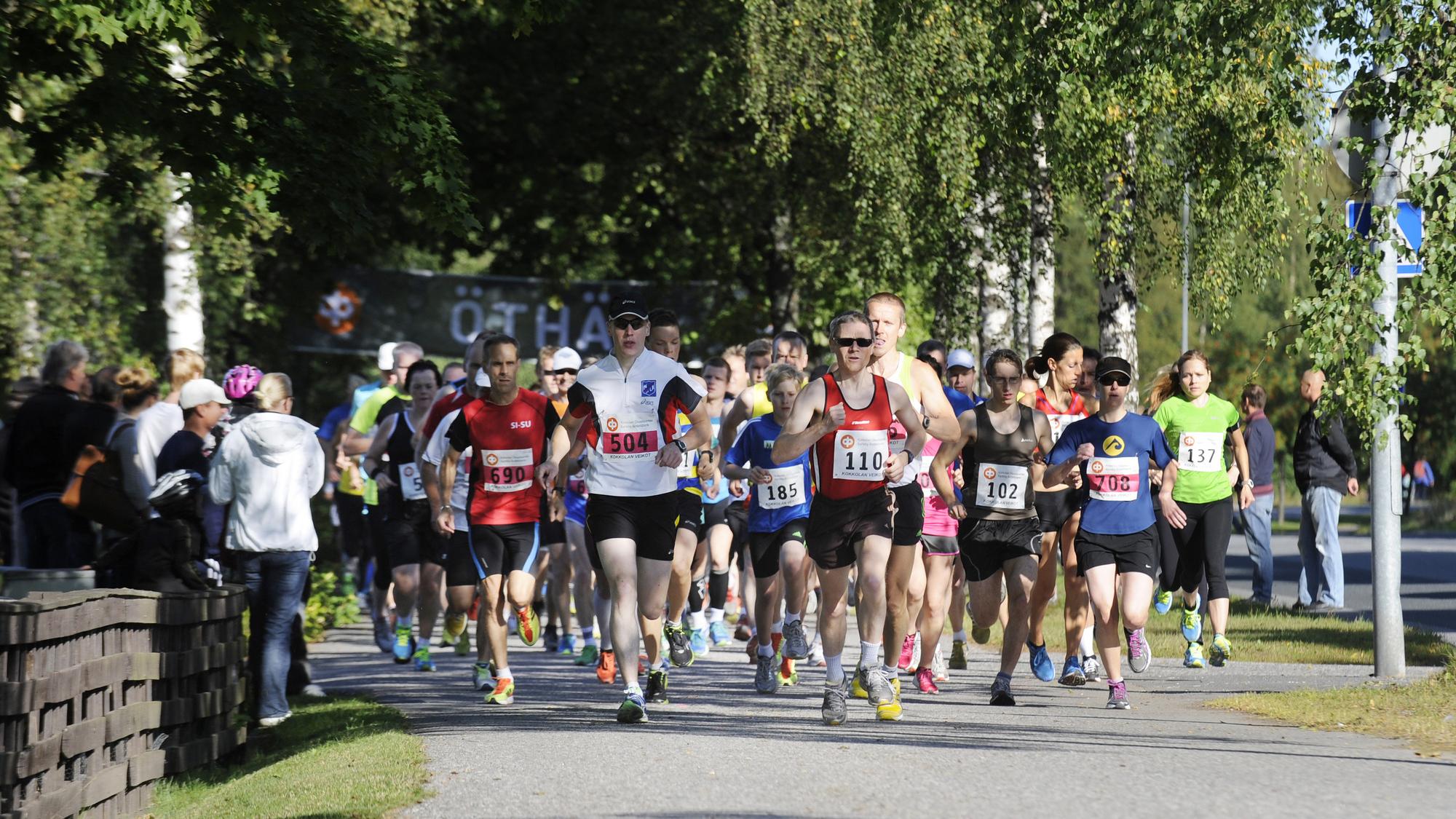 Flera löpare med nummerlappar