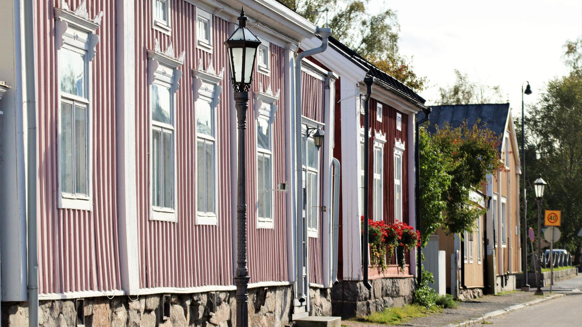 Vanhan kaupungin omakotitaloja. Lähimpänä on vaaleanpunainen, valkoisilla ikkunanpielillä varustettu talo, jonka edessä on vanha, musta lyhtypylväs.