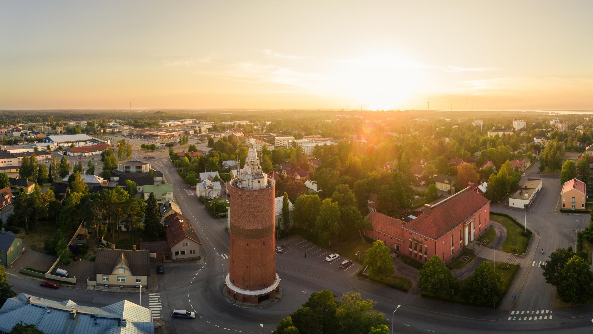 Yläviistosta otettu kuva, jonka etualalla on vanha vesitorni ja sen vieressä oleva Vartiolinna. Taustalla levittäytyy kaupunkinäkymä meren suuntaan