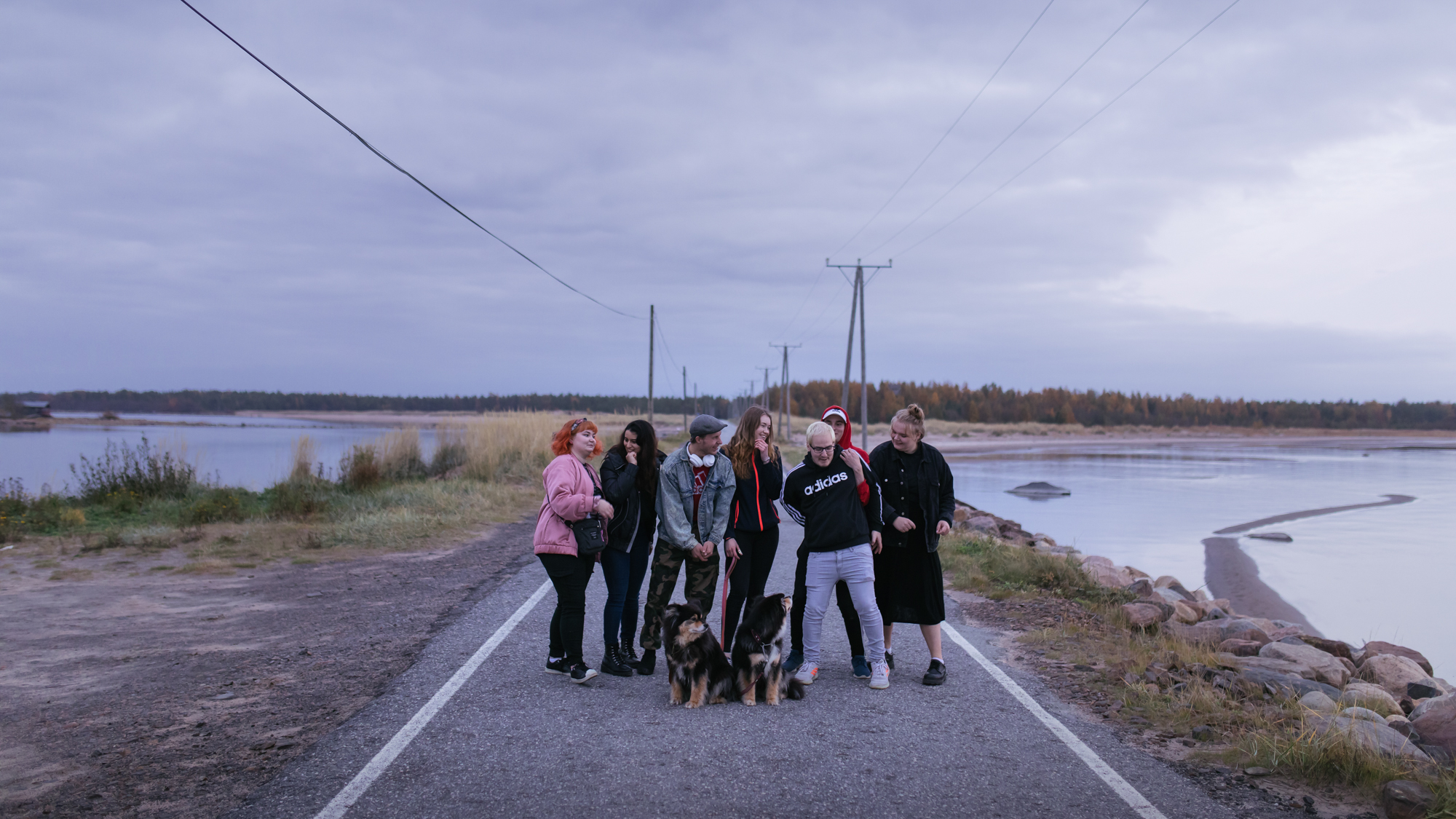 Seitsemän nuorta ja kaksi koiraa Ohtakariin johtavalla tiellä.