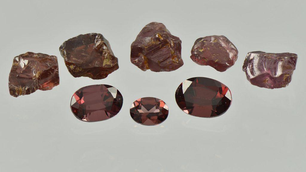 Granaatteja Lemmenjoelta raakakivinä sekä viistehiottuina jalokivinä.