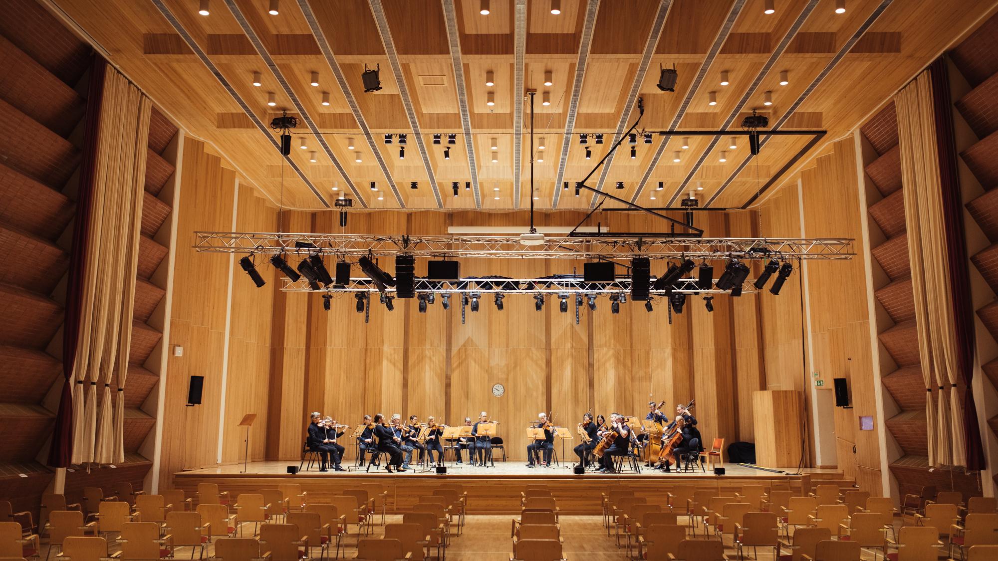 Kamariorkesteri soittaa Snellman -salissa.