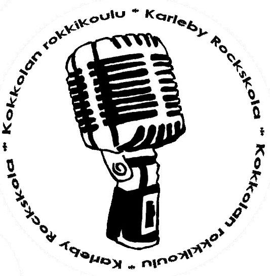 """Kuvassa mikrofoni, jonka ympärillä kiertää teksti """"Kokkolan Rokkikoulu"""" ja """"Karleby Rockskola""""."""