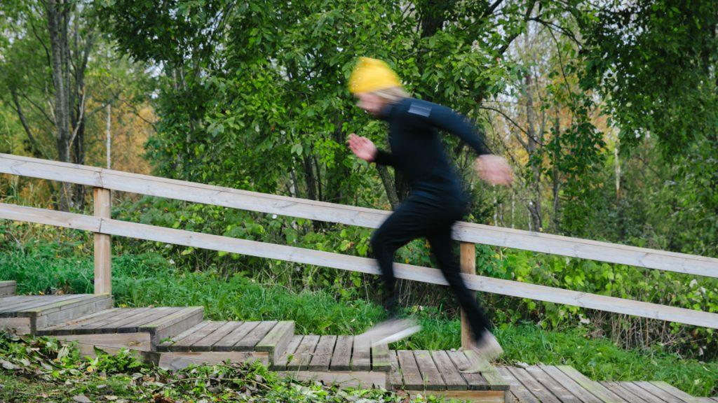 En man som springer uppför motionstrappor