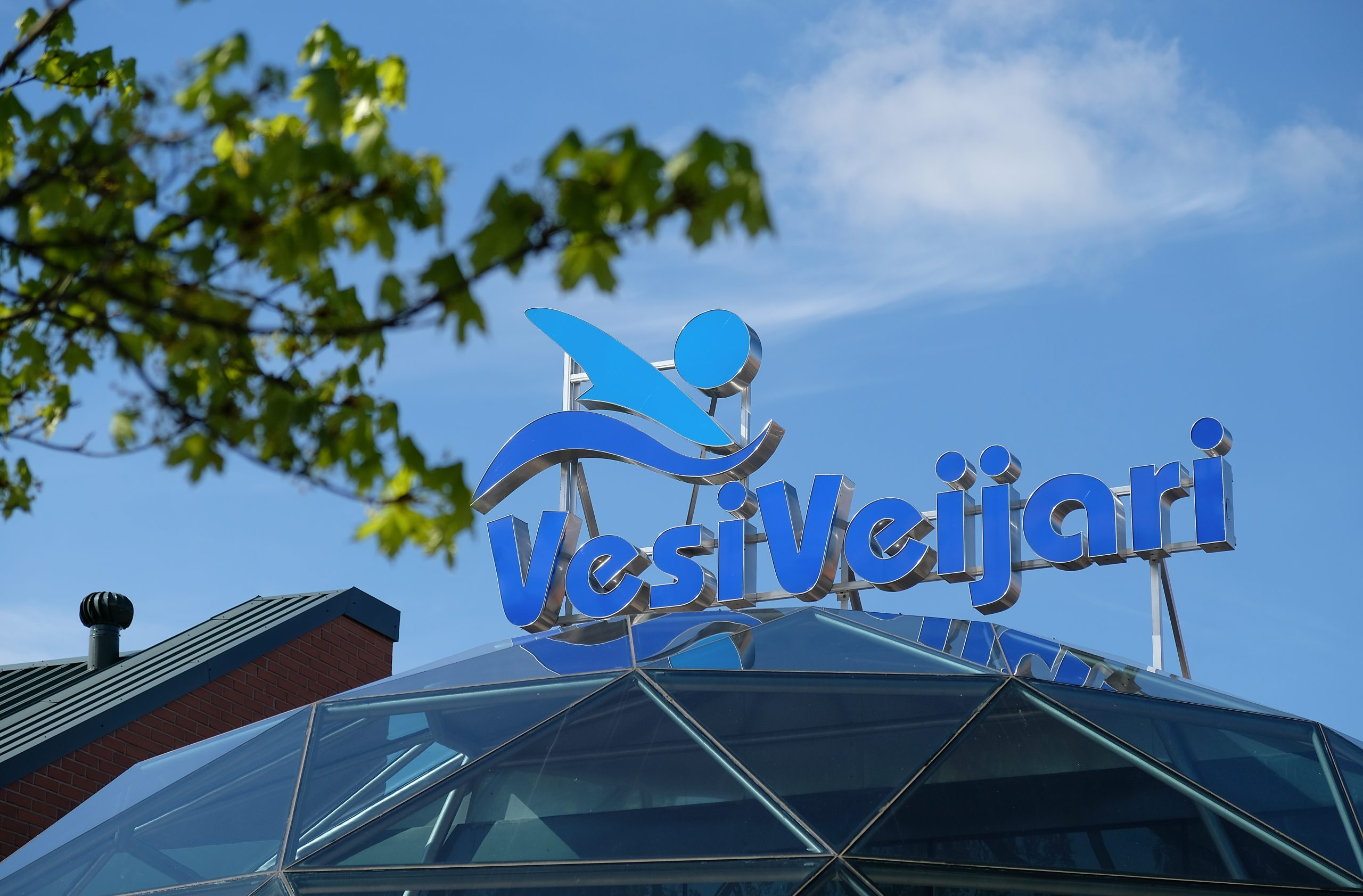 Kuvassa VesiVeijarin logo katolla ja sininen taivas