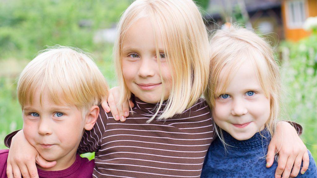 Kolme iloista lasta