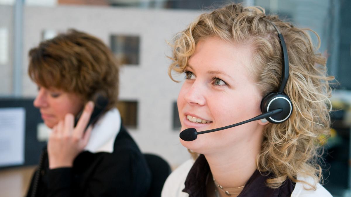 Asiakaspalvelun työntekijä puhelimessa
