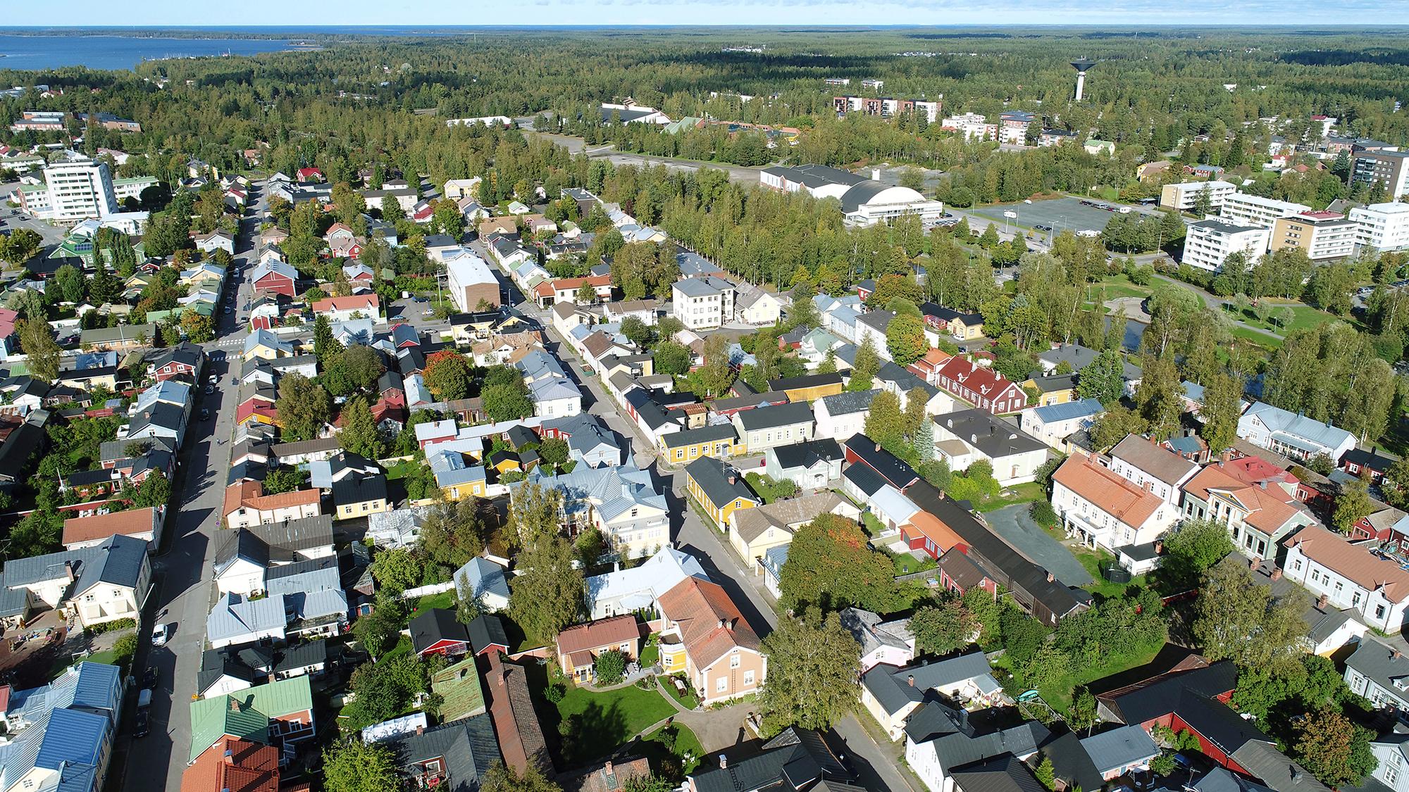 Ilmasta otettu kuva Neristanin yläpuolelta. Etualalla näkyy Kokkolan vanhaa kaupunkia katuineen, pihoineen ja rakennuksineen. Hieman kauempana näkyy Urheilutalo ja sen takana vesitorni. Kaukana horisontissa siintää meri.