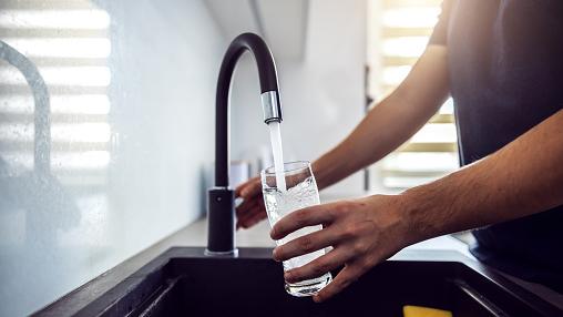 Vesihanasta juoksutetaan vettä lasiin