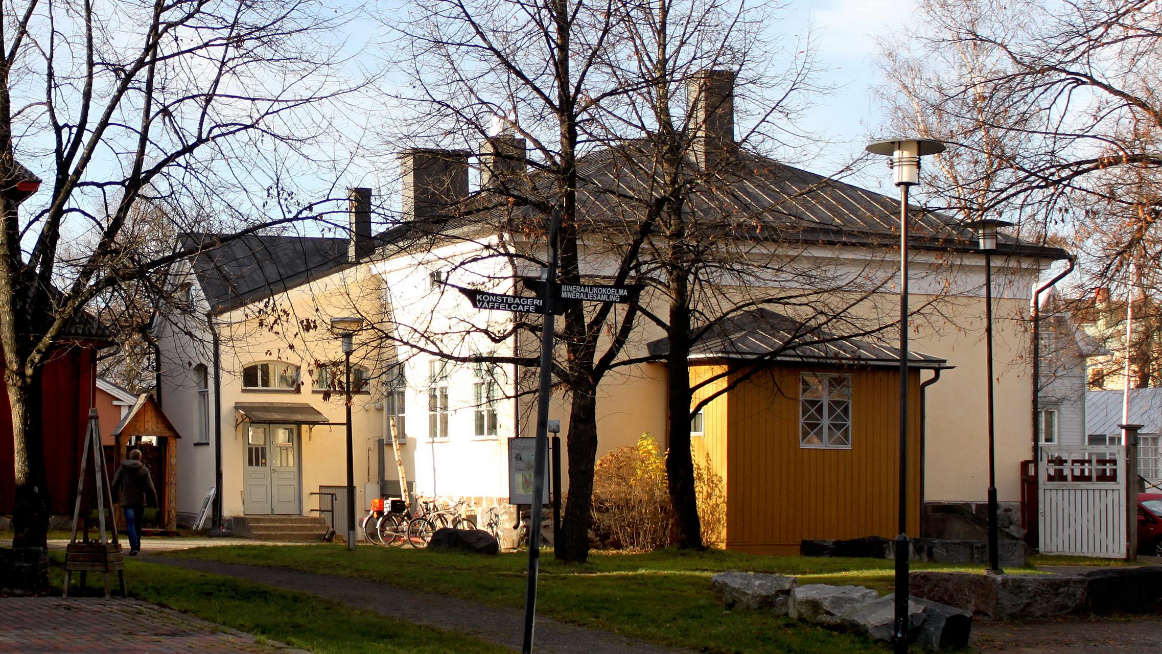 Keltainen, ITE-museona tunnettu kivitalo aurinkoisena syyspäivänä.