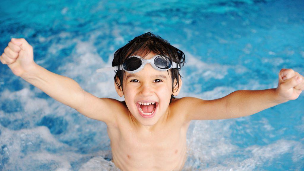 En pojke simmar