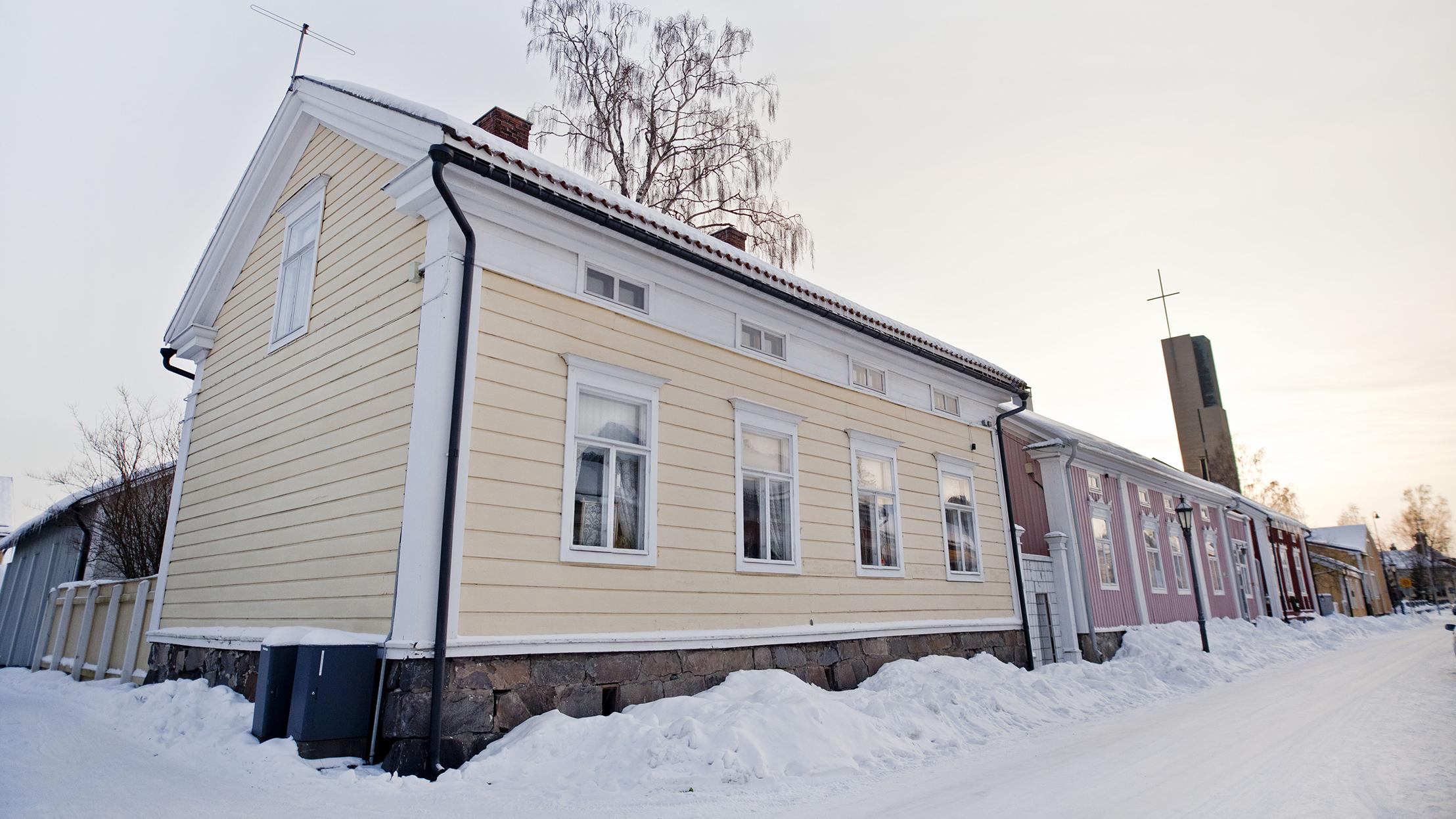 Kokkolan vanhaa kaupunkia talvella. Edustalla keltainen puutalo.