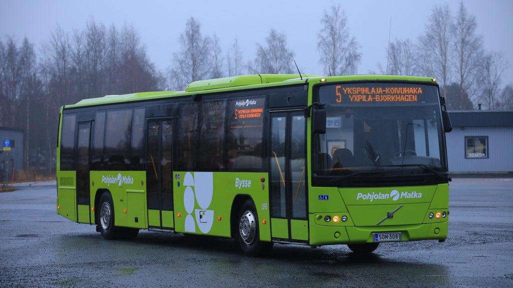 Pohjolan Matkan bussi Kokkolan paikallisliikenteen uudessa vihreässä värissä.