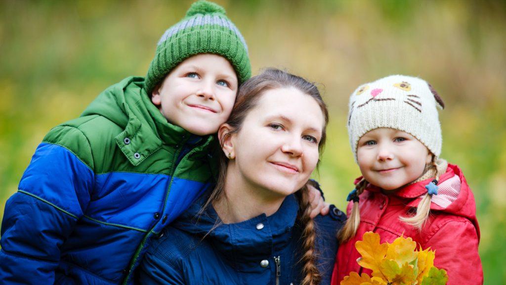 äiti ja kaksi lasta ulkona