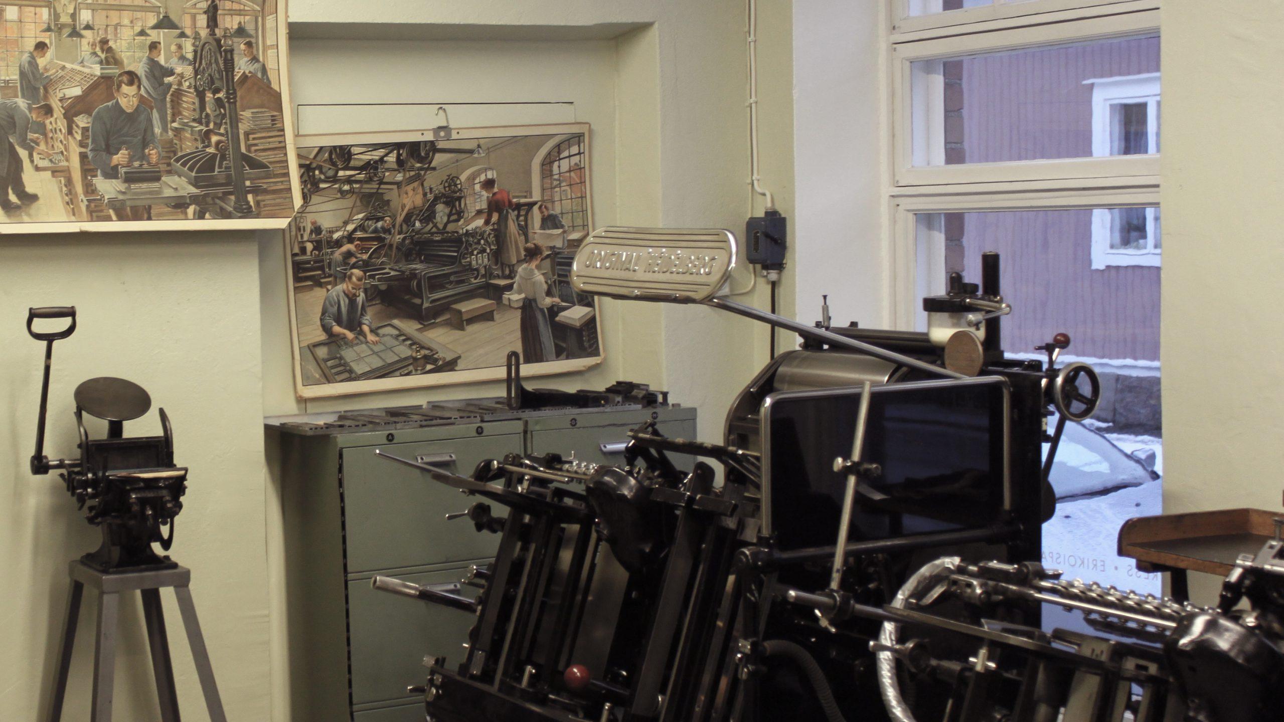 Huone, jossa on esillä vanhoja painokoneita.
