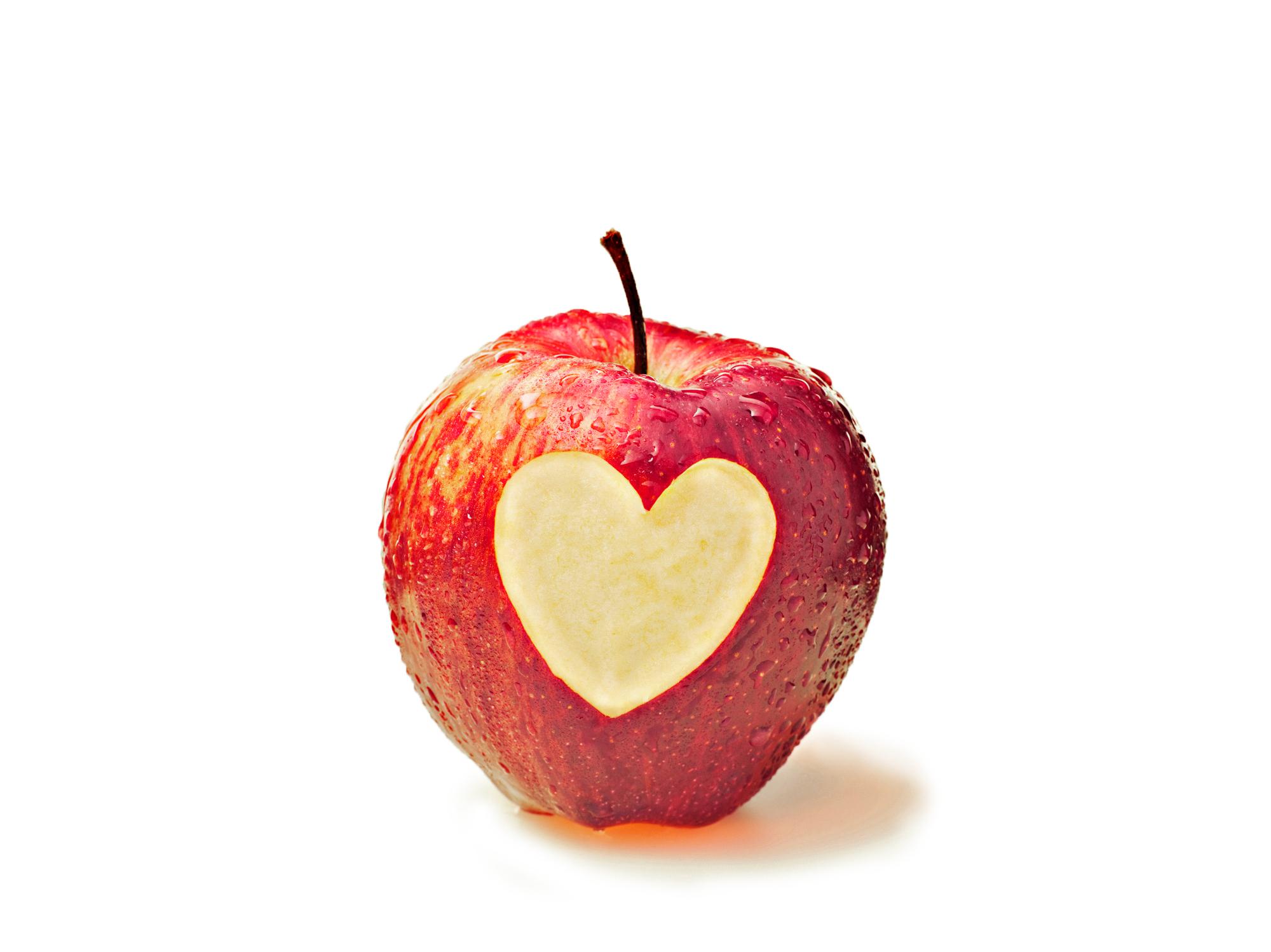punainen omena, johon kaiverrettu sydän
