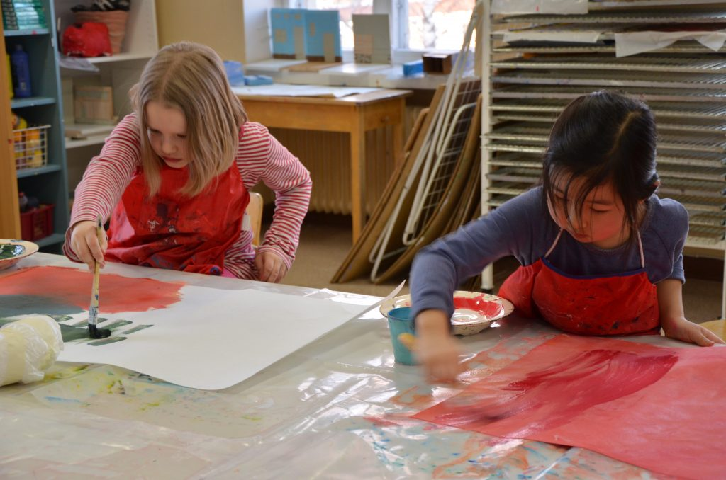 Lapsia maalaamassa