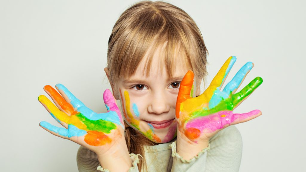 Lapsi kädet sormiväreissä