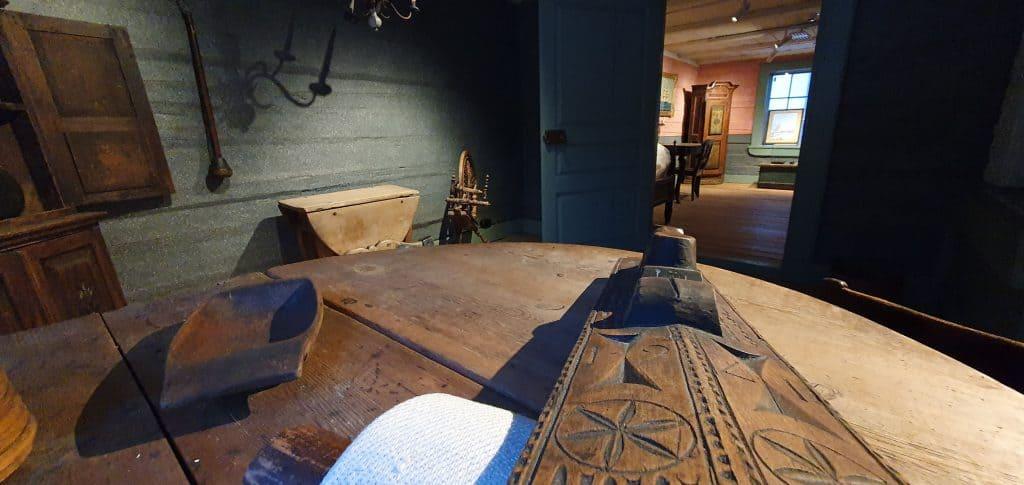 Vanhoja museoesineitä Lassanderin talon keittiön pöydällä