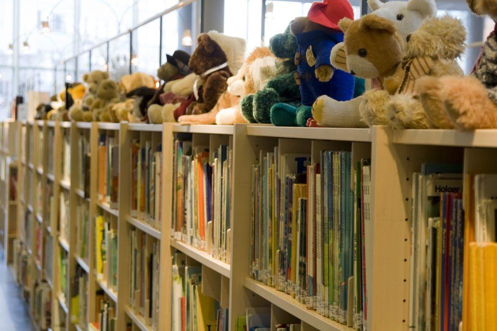 nallebjörnar på bokhyllan