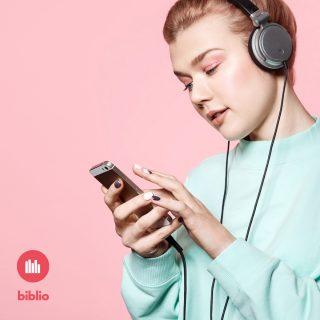Tyttö kuuntelee äänikirjaa puhelimella kuulokkeet päässään.