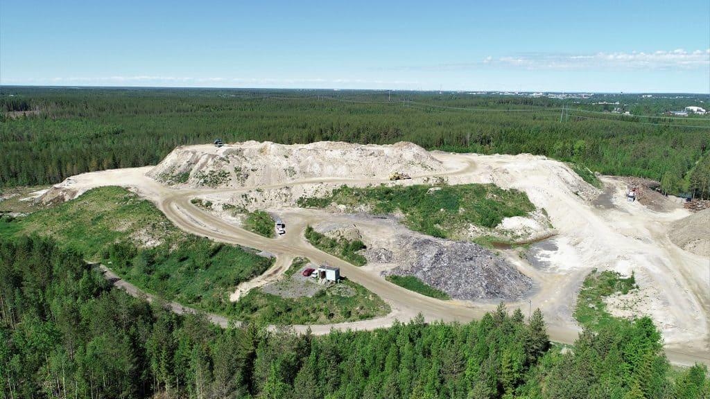 Storkohmon maankaatopaikka korkealta ilmasta kuvattuna. Maankaatopaikan ympärillä on laaja metsäalue.