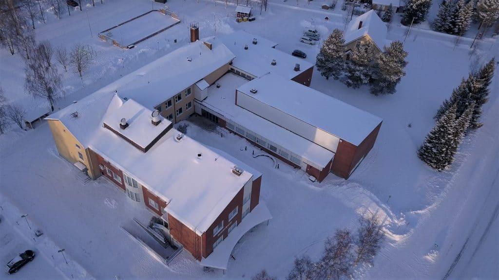 Lohtajan koulun ilmakuva talvella 2021