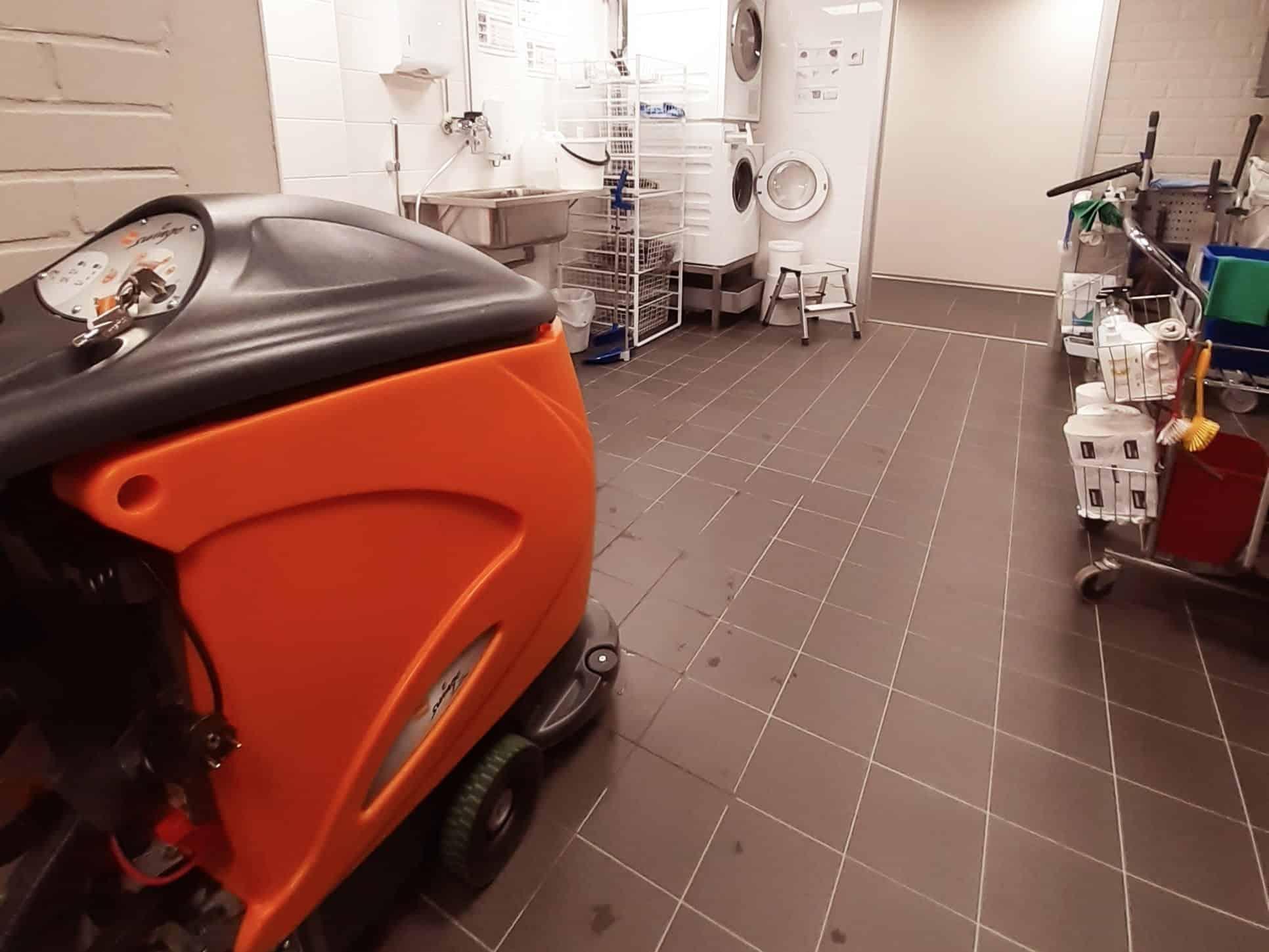 Yhdistelmäkone ja siivousvaunu siivouskeskuksessa.