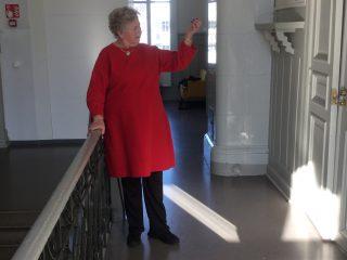 Nainen esittelee punaista tunikaa.