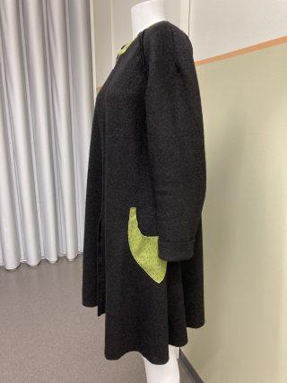 Naisen takki, tumma, vihreät taskut, sivukuva.