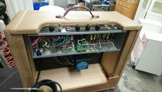Sähkökitaran kaiutin; takaa avattu, elektroniikka näkyvillä.