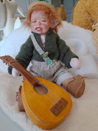 Banjoa soittava poikanukke.