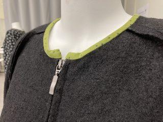 Naisen villakangastakki, yksityiskohta pääntiestä. Vihreä kanttaus.