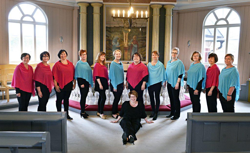Lauluyhtye Koriat kuvattuna kirkossa