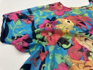 Kukka- ja lintukuosillinen naisen pusero.