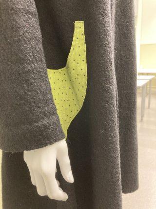 Naisen takki, yksityiskohtana tasku.