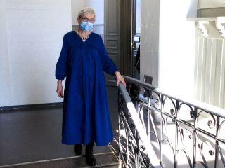 Naisen yllä pitkä sininen mekko.