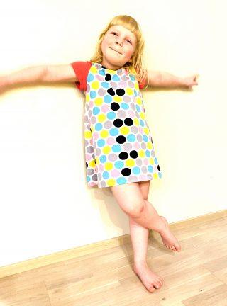 Lapsen pallokuvioinen mekko.