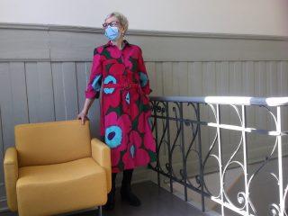 Nainen yllään unikkokankaasta tehty mekko.