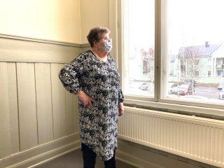 Naisen mustavalkoinen mekko pitkillä hihoilla.