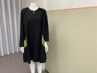 Naisen takki, tumma, vihreät taskut.