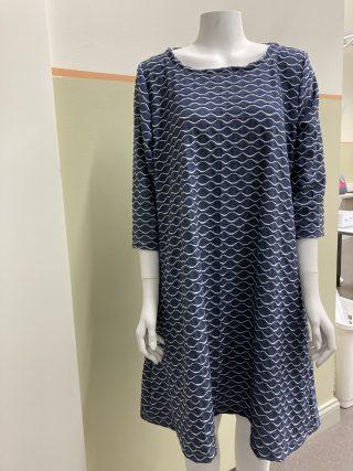 Naisen sininen mekko, valkoinen kuvio. 3/4-hihat.