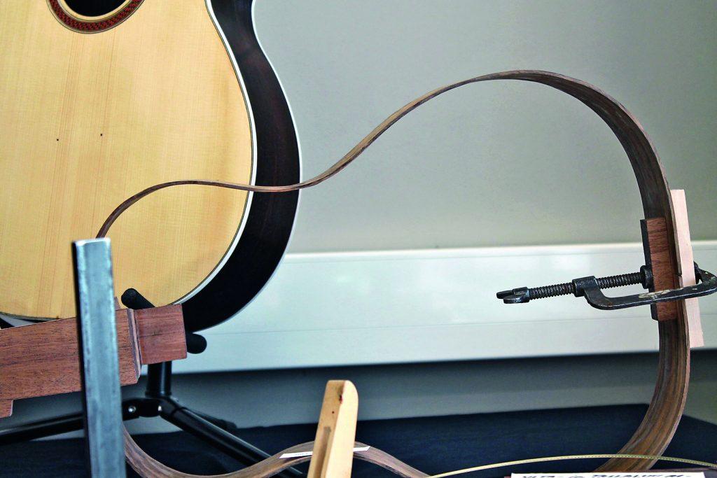 akustisen kitaran valmistusta
